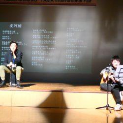 国際交流フェアで中国人留学生が中国の歌を紹介しています。