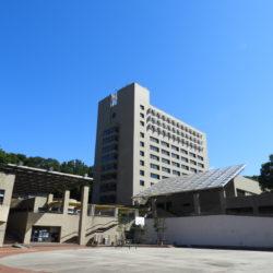 夏のセンタープラザと社会学部棟です。