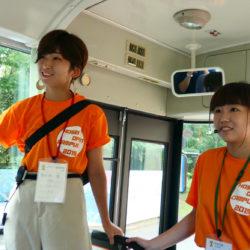 バスツアーでは広い多摩キャンパスをバスに乗って一周することができます。