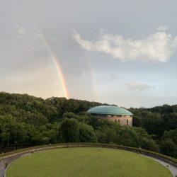 雨上がりの空に二重の虹が綺麗にかかりました。